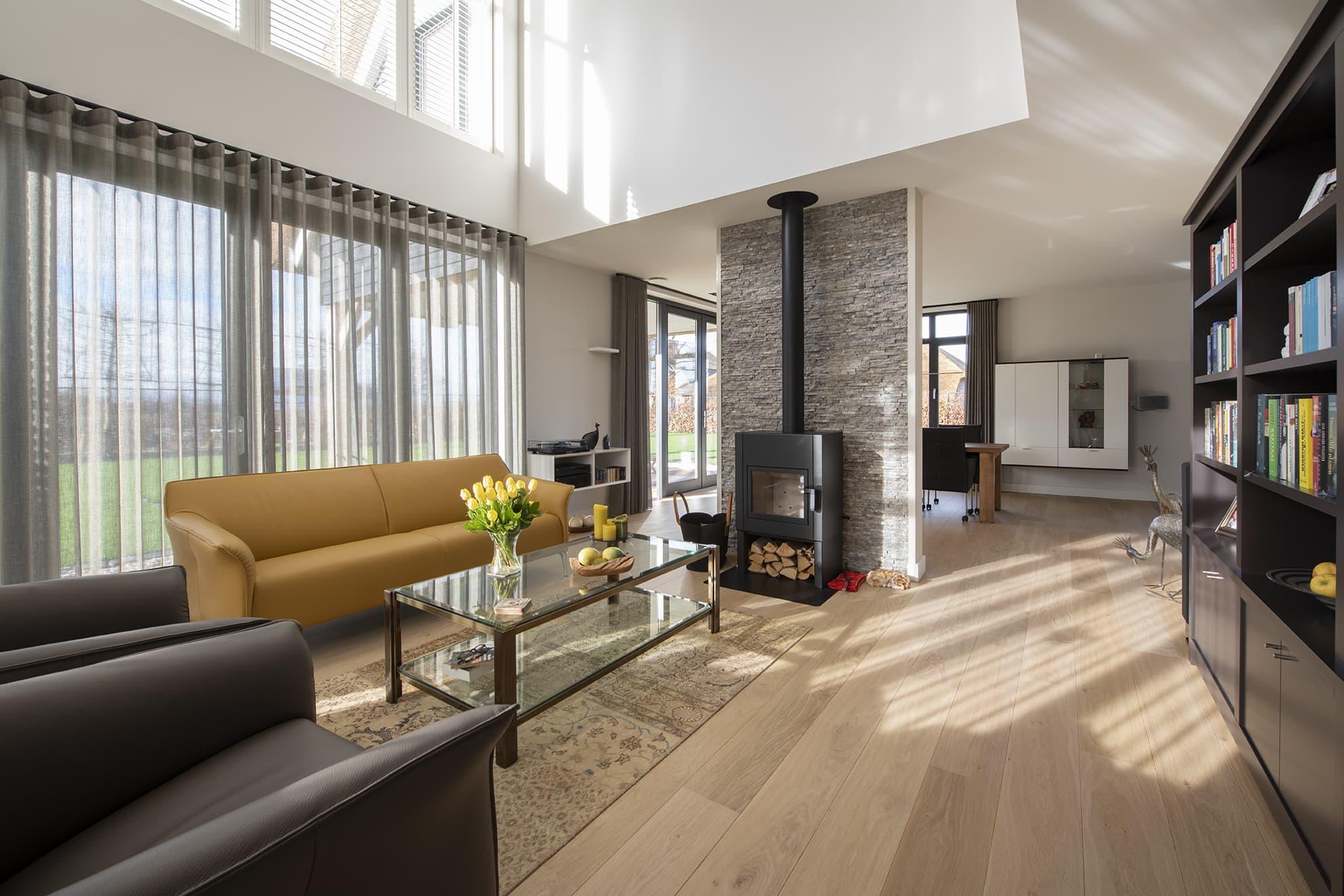 Warme rustige parketvloer in ruime lichte villa